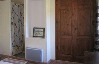 Maison Jaune - Vue de la chambre avec la douche